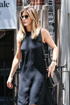 Дженнифер Энистон ходит без лифчика на улице Нью-Йорка фото #2
