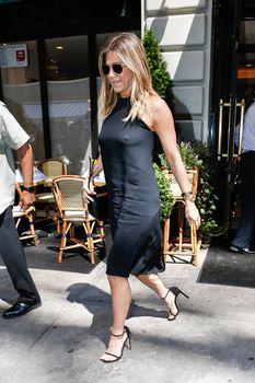Дженнифер Энистон ходит без лифчика на улице Нью-Йорка фото #3