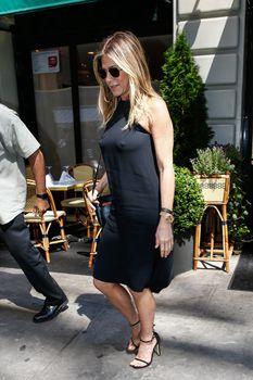 Дженнифер Энистон ходит без лифчика на улице Нью-Йорка фото #4