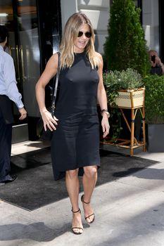 Дженнифер Энистон ходит без лифчика на улице Нью-Йорка фото #5