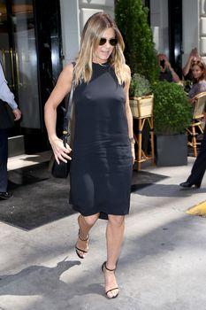 Дженнифер Энистон ходит без лифчика на улице Нью-Йорка фото #6