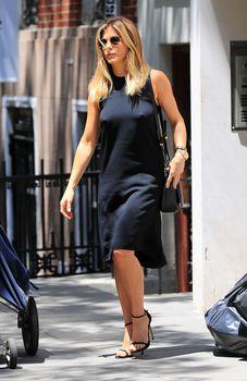 Дженнифер Энистон ходит без лифчика на улице Нью-Йорка фото #7