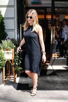 Дженнифер Энистон ходит без лифчика на улице Нью-Йорка фото #8