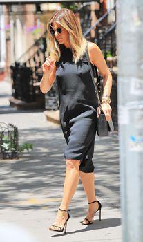 Дженнифер Энистон ходит без лифчика на улице Нью-Йорка фото #9