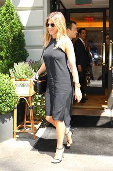 Дженнифер Энистон ходит без лифчика на улице Нью-Йорка фото #10