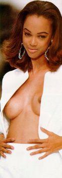 Засветы голой груди Тайры Бэнкс на подиуме фото #2