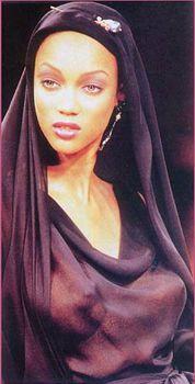 Засветы голой груди Тайры Бэнкс на подиуме фото #5