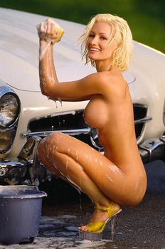 Полностью голая Холли Мэдисон моет машину фото #3