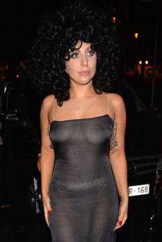 Леди Гага в прозрачном платье в клубе Jazz фото #3