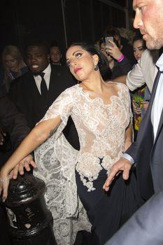 Леди Гага засветила соски в Лондоне фото #2