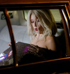 Леди Гага показала голую грудь во время переодевания в машине фото #2