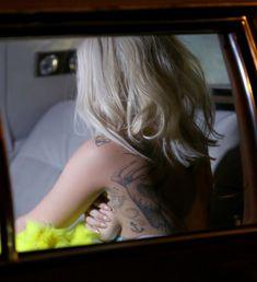 Леди Гага показала голую грудь во время переодевания в машине фото #3