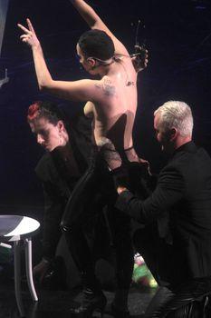 Бесстыжая Леди Гага переодевается на сцене фото #3