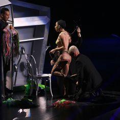 Бесстыжая Леди Гага переодевается на сцене фото #4