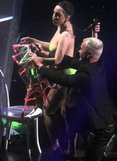 Бесстыжая Леди Гага переодевается на сцене фото #6