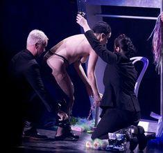 Бесстыжая Леди Гага переодевается на сцене фото #9