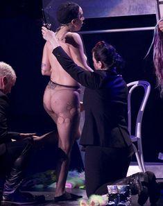 Бесстыжая Леди Гага переодевается на сцене фото #10