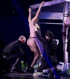 Бесстыжая Леди Гага переодевается на сцене фото #11