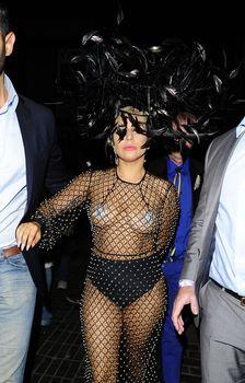 Леди Гага в откровенном наряде в Лондоне фото #2