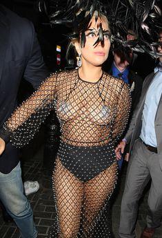 Леди Гага в откровенном наряде в Лондоне фото #3