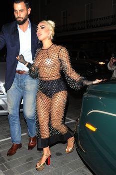 Леди Гага в откровенном наряде в Лондоне фото #10