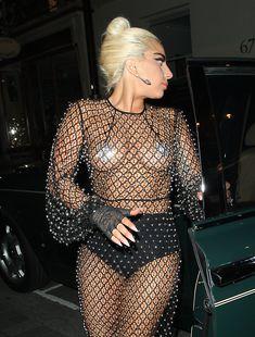 Леди Гага в откровенном наряде в Лондоне фото #11