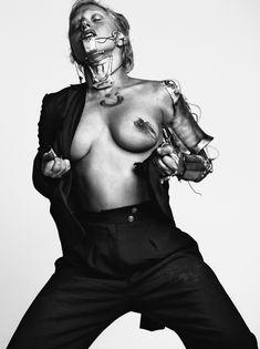 Леди Гага показала сиську для журнала Vogue фото #1