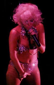 Леди Гага показала голую грудь на сцене фото #4