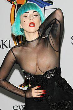 Голые сиськи Леди Гаги выползли из платья на  CFDA Fashion Awards фото #1