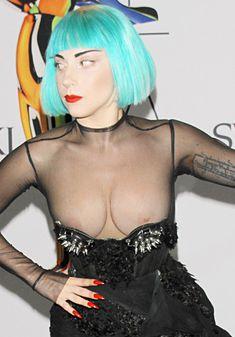 Голые сиськи Леди Гаги выползли из платья на  CFDA Fashion Awards фото #3