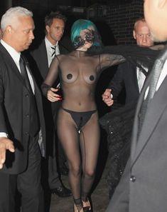 Полуголая Леди Гага с заклеенными сосками на CFDA Fashion Awards фото #1