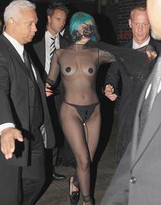 Полуголая Леди Гага с заклеенными сосками на CFDA Fashion Awards фото #2