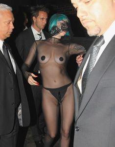 Полуголая Леди Гага с заклеенными сосками на CFDA Fashion Awards фото #3