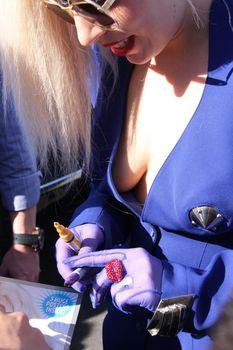 У Леди Гаги выглядывает голая грудь фото #1