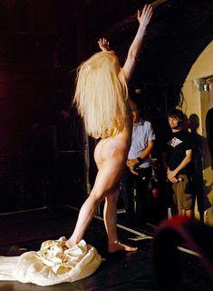 Голая задница Леди Гаги на сцене клуба фото #3