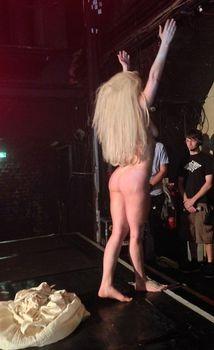 Голая задница Леди Гаги на сцене клуба фото #5