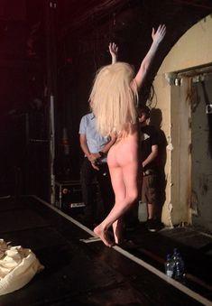Голая задница Леди Гаги на сцене клуба фото #6