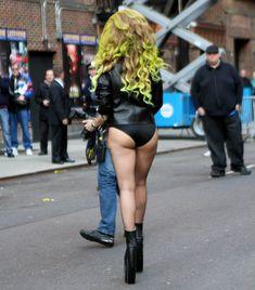 Леди Гага в трусах на улице в Нью-Йорке фото #1