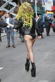 Леди Гага в трусах на улице в Нью-Йорке фото #2