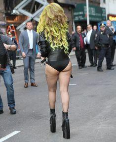 Леди Гага в трусах на улице в Нью-Йорке фото #3