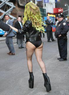 Леди Гага в трусах на улице в Нью-Йорке фото #4