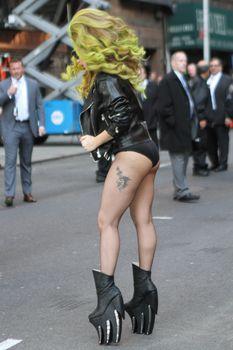 Леди Гага в трусах на улице в Нью-Йорке фото #6