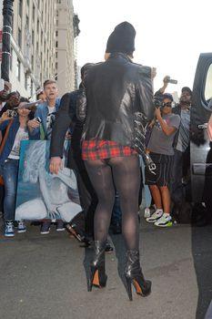Леди Гага засветила попу в коротком платье фото #2