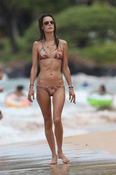 Сексуальная фигура Алессандры Амбросио в купальнике на Гавайях фото #1