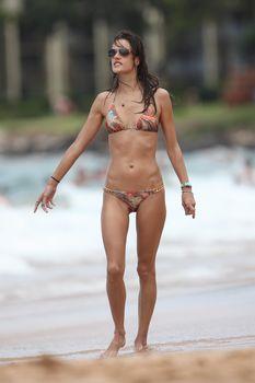 Сексуальная фигура Алессандры Амбросио в купальнике на Гавайях фото #2
