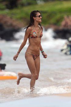 Сексуальная фигура Алессандры Амбросио в купальнике на Гавайях фото #4
