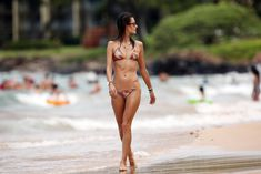 Сексуальная фигура Алессандры Амбросио в купальнике на Гавайях фото #5