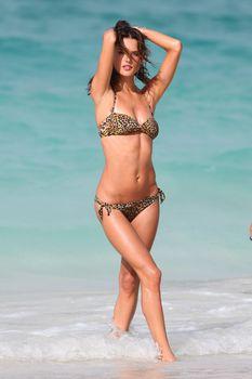 Секси Алессандра Амбросио на съемках для Victoria Secrets фото #7