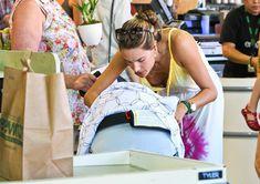Алессандра Амбросио засветила грудь на шопинге фото #1