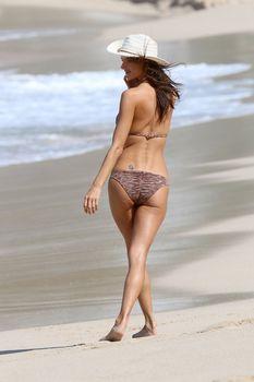Алессандра Амбросио позирует в бикини на пляже в Сен-Бартелеми фото #1